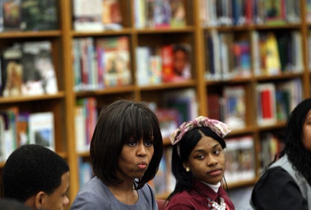 A primeira-dama dos EUA, Michelle Obama, fala com estudantes em escola de Chicago nesta quarta-feira (10) (Foto: AFP)