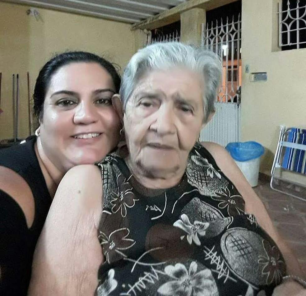 Rubia e a avó Maria do Carmo (Foto: Arquivo Pessoal)