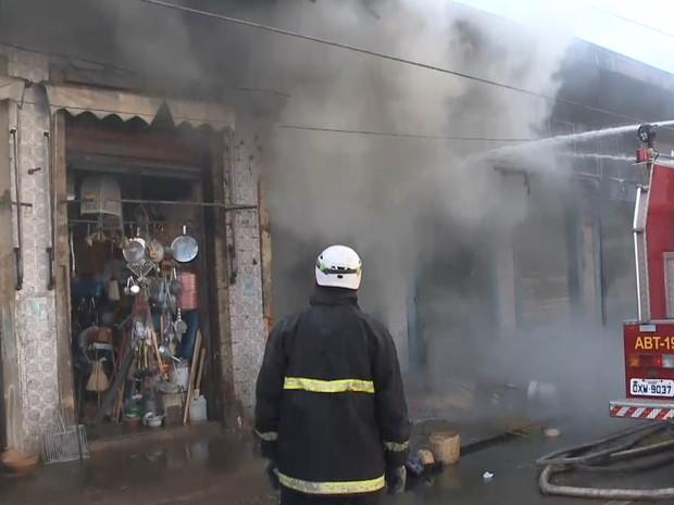 Bombeiros resfriam local do incêndio no Mercado Central (Foto: Reprodução/TV Mirante)
