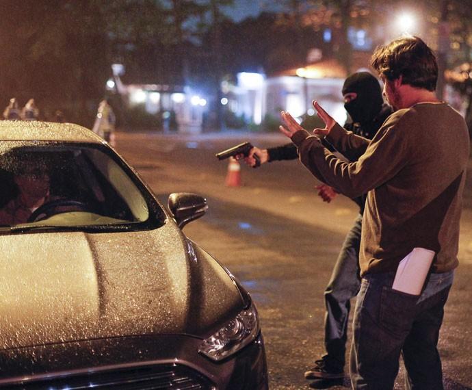Otávio, personagem de Herson Capri, fica sob a mira de bandido (Foto: Artur Meninea/Gshow)