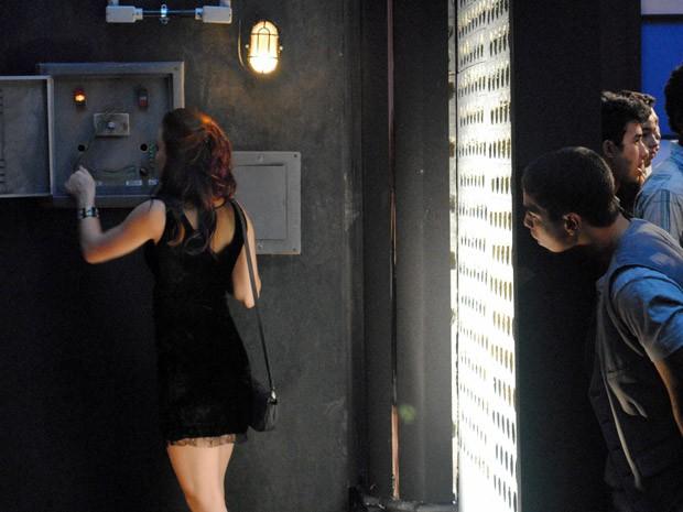 Débora desliga a a luz na boate e Jeff vê (Foto: Malhação / Tv Globo)