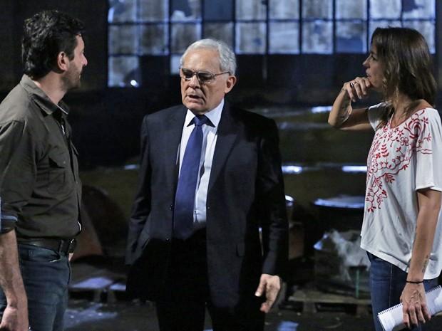 Othon Bastos e Roberto Birindelli passam o texto com a diretora Roberta Richard (Foto: Ellen Soares/ Gshow)