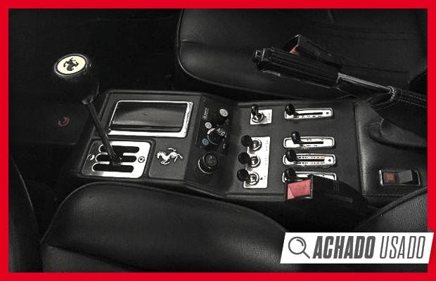 Câmbio com grelha tradicional e muitos comandos são típicos das Ferrari dos anos 80 (Foto: Reprodução)