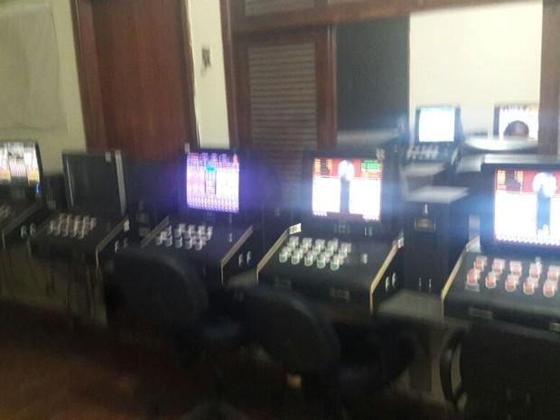 Máquinas estavam funcionando em bingo clandestino em Rio das Ostras (Foto: Polícia Militar/Divulgação)