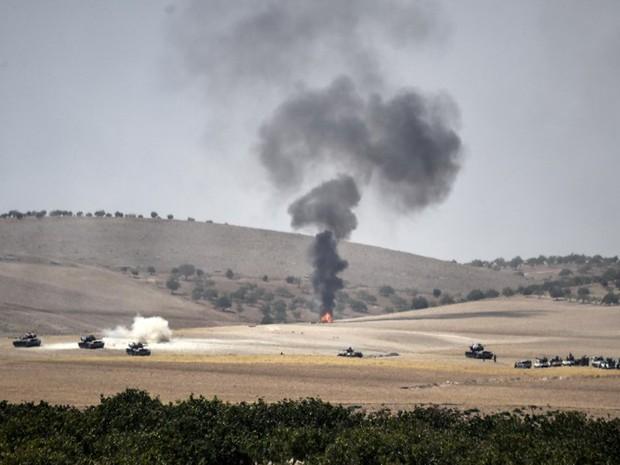 Foto mostra cidade turca Karkamis mostra tanques de guerra e caminhões de combate posicionados a 2 km da fronteira com Jarabulus, na Síria, nesta quarta-feira (24) (Foto: Bulent Kilic/AFP)