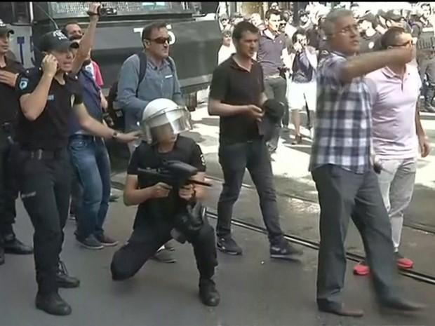 Polícia usou balas de borracha e jatos d'água para dispersar a multidão (Foto: GloboNews)
