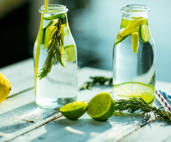 Bebidas para hidratar o corpo no verao agua saborizada