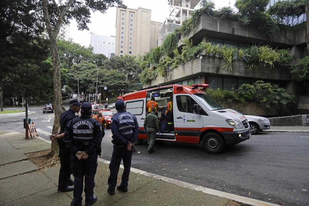 Homem que caiu do vão livre do Masp foi resgatado na Rua Carlos Comenale (Foto: NELSON ANTOINE/ESTADÃO CONTEÚDO)
