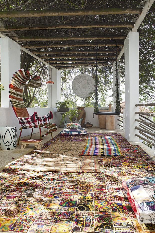 Tapetes indianos e esteiras indígenas se misturam no terraço da estilista Adriana Barra (Foto:  Lufe Gomes/Casa e Jardim)