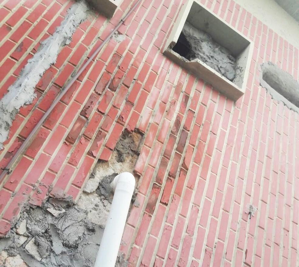 Pelo lado de dentro do banheiro, presos abriram buraco na parede e desceram o muro com a ajuda de uma corda improvisada (Foto: Cleto Filho)