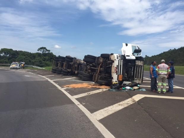 Caminhoneiro foi socorrido com ferimentos leves após acidente (Foto: Divulgação/Agência 14News)