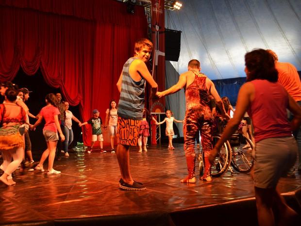 Enrico chama a mãe para o palco do Festival de Circo em Piracicaba (Foto: Claudia Assencio/G1)