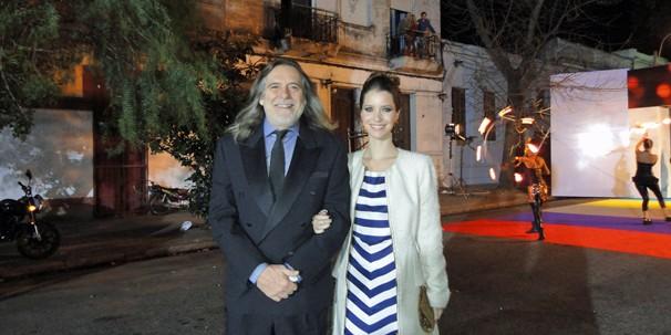 Os atores Nathalia Dill e José de Abreu representam Avenida Brasil no evento de lançamento da programação do canal uruguaio Teledoce, em Montevideo (Foto: Globo)