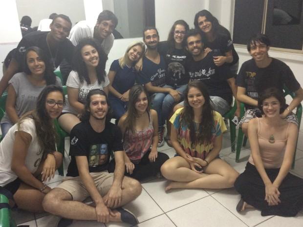 Stael de Oliveira, Nei Rafael e elenco de Romeu e Julieta antes do ensaio geral da peça (Foto: Paola Fajonni/G1)