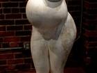 Kim Kardashian ganha estátua polêmica em homenagem à gravidez