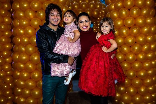 Natália Guimarães e Leandro com as filhas, Kiara e Maya (Foto: Manuela Scarpa / Brazil News)