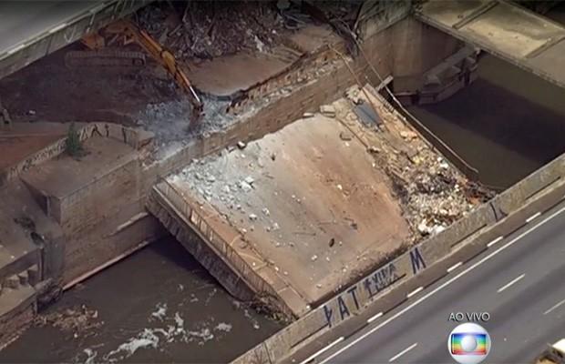 Equipe começa os trabalho em ponte que caiu no Rio Tamanduateí, em São Paulo (Foto: TV Globo/Reprodução)