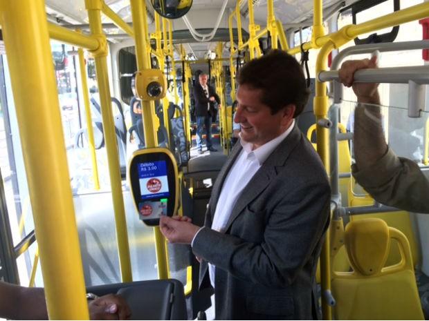 O secretário municipal dos Transportes, Jilmar Tatto, testa seu bilhete único em uma das novas unidades de ônibus metropolitano (Foto: Amanda Previdelli/G1)