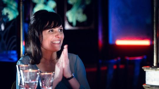 Monica Iozzi se diverte com fragilidades de Celeste em 'Vade Retro'