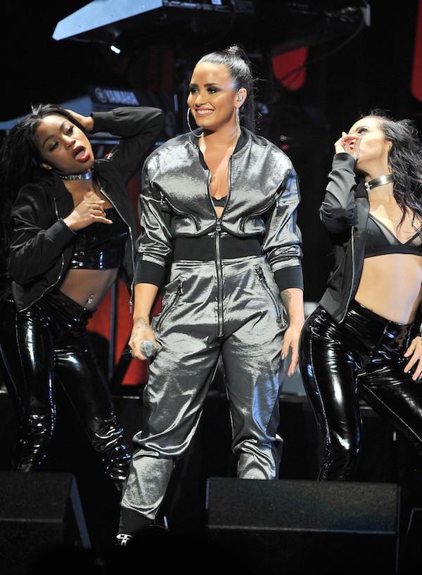 A cantora Demi Lovato em meio às suas dançarinas em um show na cidade de San José na Califórnia (Foto: Getty Images )