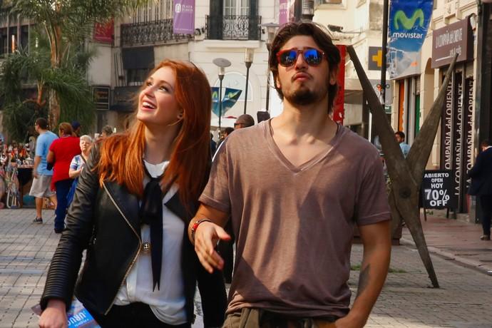 Eliza fica tão encantada com Uruguai que nem percebe o plano de Carolina e Rafael (Foto: Chico Couto / Gshow)
