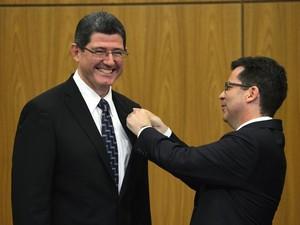 Joaquim Levy 'recebeu' Ministério da Fazenda das mãos do secretário-executivo Paulo Caffarelli – o antecessor, Guido Mantega, não compareceu (Foto: Agência Brasil)