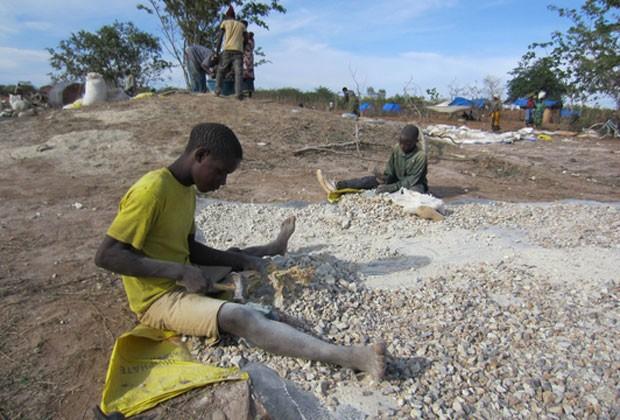 Menino trabalha em mina de ouro na região de Shinyanga, na Tanzânia (Foto: Reprodução/Human Rights Watch)