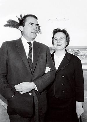 HERÓI COMUM Gregory Peck e Harper Lee em foto de 1962, na abertura do filme que daria o Oscar a ele. O livro dela, acima, criou o herói que todo americano gostaria de ser (Foto: Reprodução)