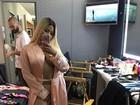 Nicki Minaj posa de roupão e deixa parte do seio à mostra