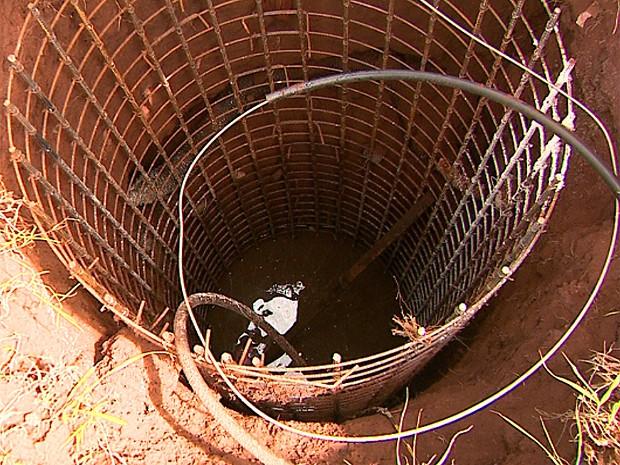 Buracos onde postes serão instalados estão se tornando criadores de mosquito da dengue (Foto: Márcio Meireles/EPTV)
