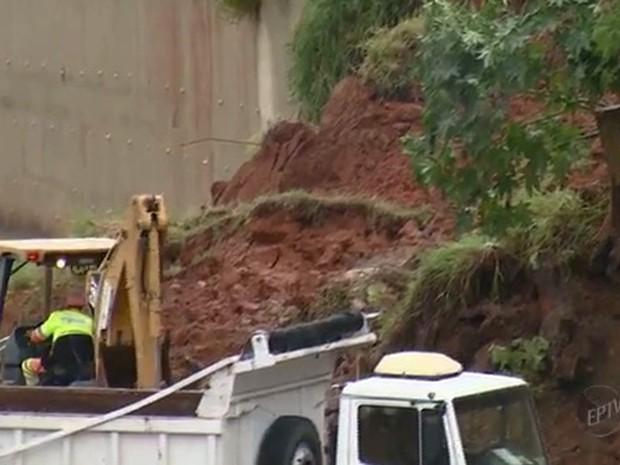 Desabamento na Rodovia Comendador Guilherme Mamprime em Valinhos  (Foto: Reprodução/EPTV)