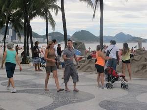 Turistas de diferentes nacionalidades, idosos e artistas se misturam na Praia de Copacabana (Foto: João Bandeira de Mello/G1)