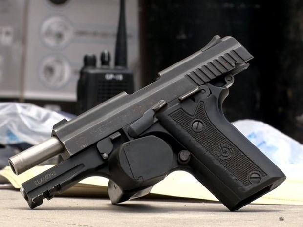 Arma encontrada com os suspeitos pertence a Polícia Militar do Pará (Foto: Reprodução/ TV Gazeta)
