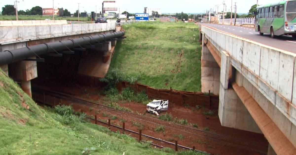 Motorista perde o controle, e carro cai de viaduto na PR-323, em ... - Globo.com