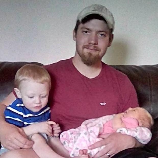 Scott Underdahl com o filho Archer e a bebê recém-nascida (Foto: Reprodução/Facebook/Ashton Underdahl)