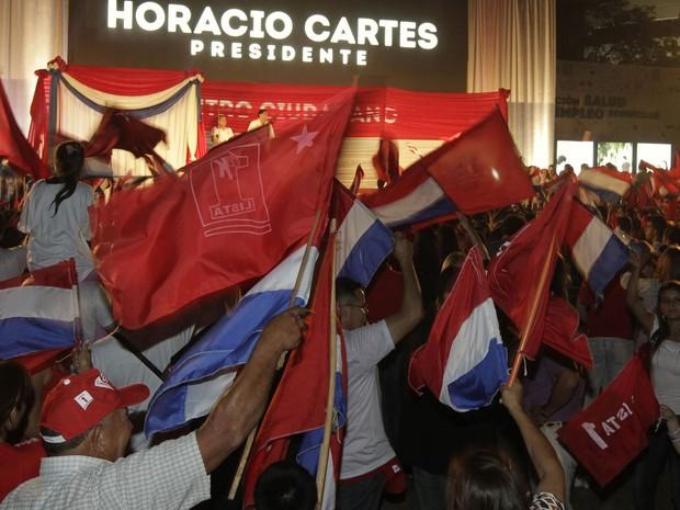 Simpatizantes do Partido Colorado comemoram vitória de Cartes em frente ao comitê do novo presidente paraguaio (Foto: Mario Valdez/Reuters)
