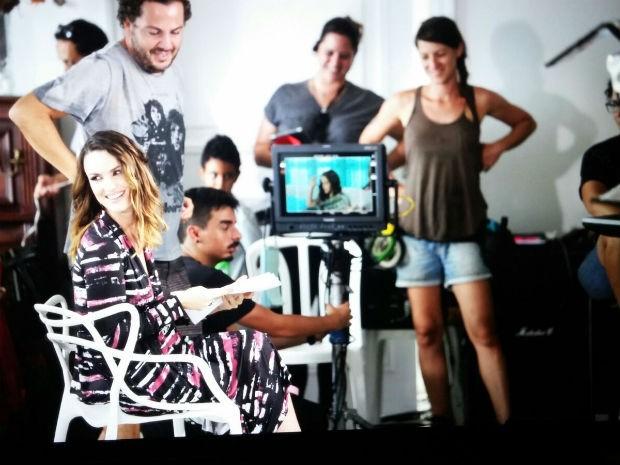 Imagem de bastidores do vídeo de divulgação da vacina contra HPV, estrelado pela atriz Carolina Kasting (Foto: Ministério da Saúde/Divulgação)