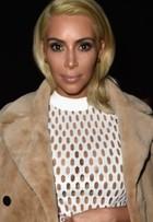 Ela não para! Kim Kardashian usa look transparente em desfile em Paris
