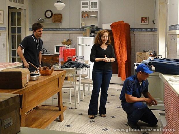 Martin faz questão de pagar pelo conserto da pia do casarão (Foto: Malhação / TV Globo)