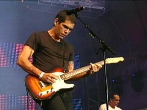 Dado Villa-Lobos fez participação no show do Jota Quest (Foto: Reprodução/RBS TV)