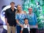 Grávida, Eliana vai ao teatro com o noivo, Adriano Ricco; o filho e a mãe