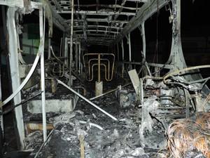 Coletivo ficou totalmente destruído em Blumenau (Foto: Jaime Batista da Silva/Divulgação)