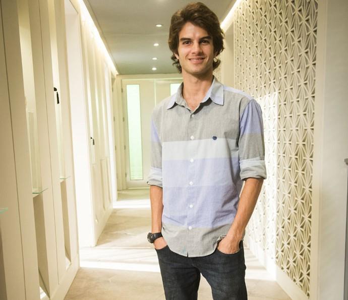 Daniel sorri para as lentes caracterizado como Fabinho (Foto: João Miguel Júnior/Globo)