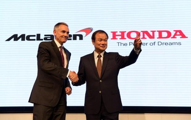 Marin Whitmarsh e Takanobu Ito durante anúncio da parceria entre McLaren e Honda (Foto: AFP)