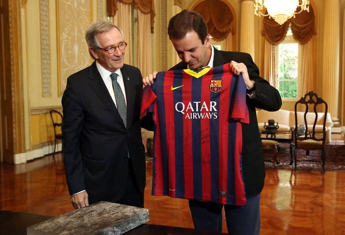 Eduardo Paes assina acordo com Barcelona (Foto: Beth Santos)