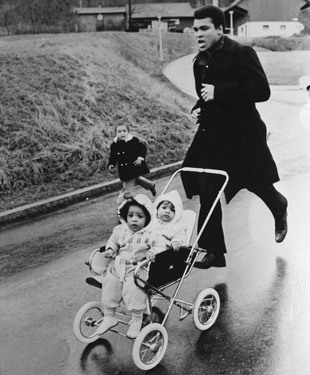 Muhammad Ali corre com suas filhas gêmeas (Foto: Central Press/Stringer)
