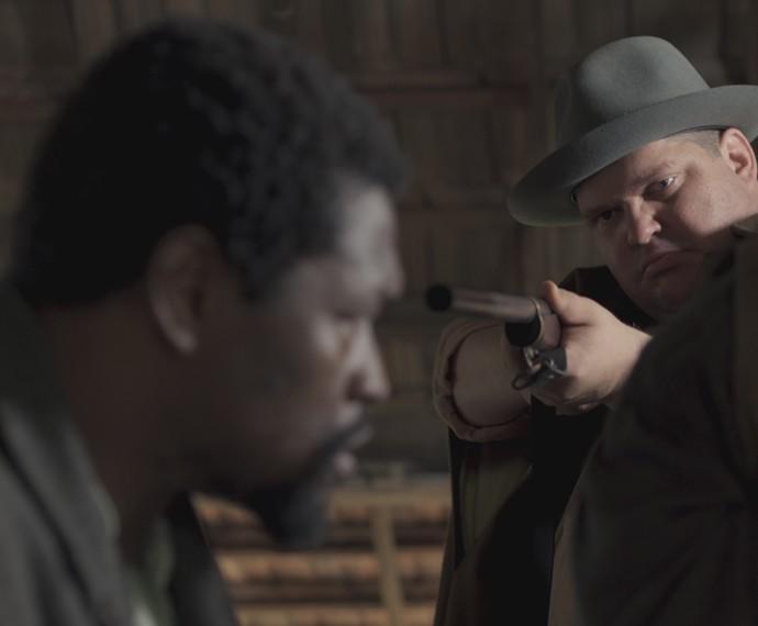 O capanga de Bento aponta uma arma para Raul (Foto: TV Globo)