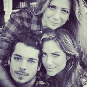 Giovanna Ewbank posa com o irmão e a mãe (Foto: Reprodução/Instagram)