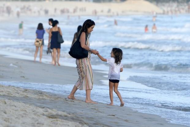 Claudia Abreu passeia com um das filhas na praia (Foto: FotoRioNews)