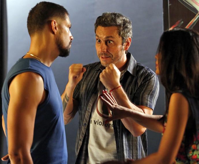 Juliano e Tóia conversam com Romero em evento na Caverna da Macaca (Foto: Raphael Dias/ Gshow)